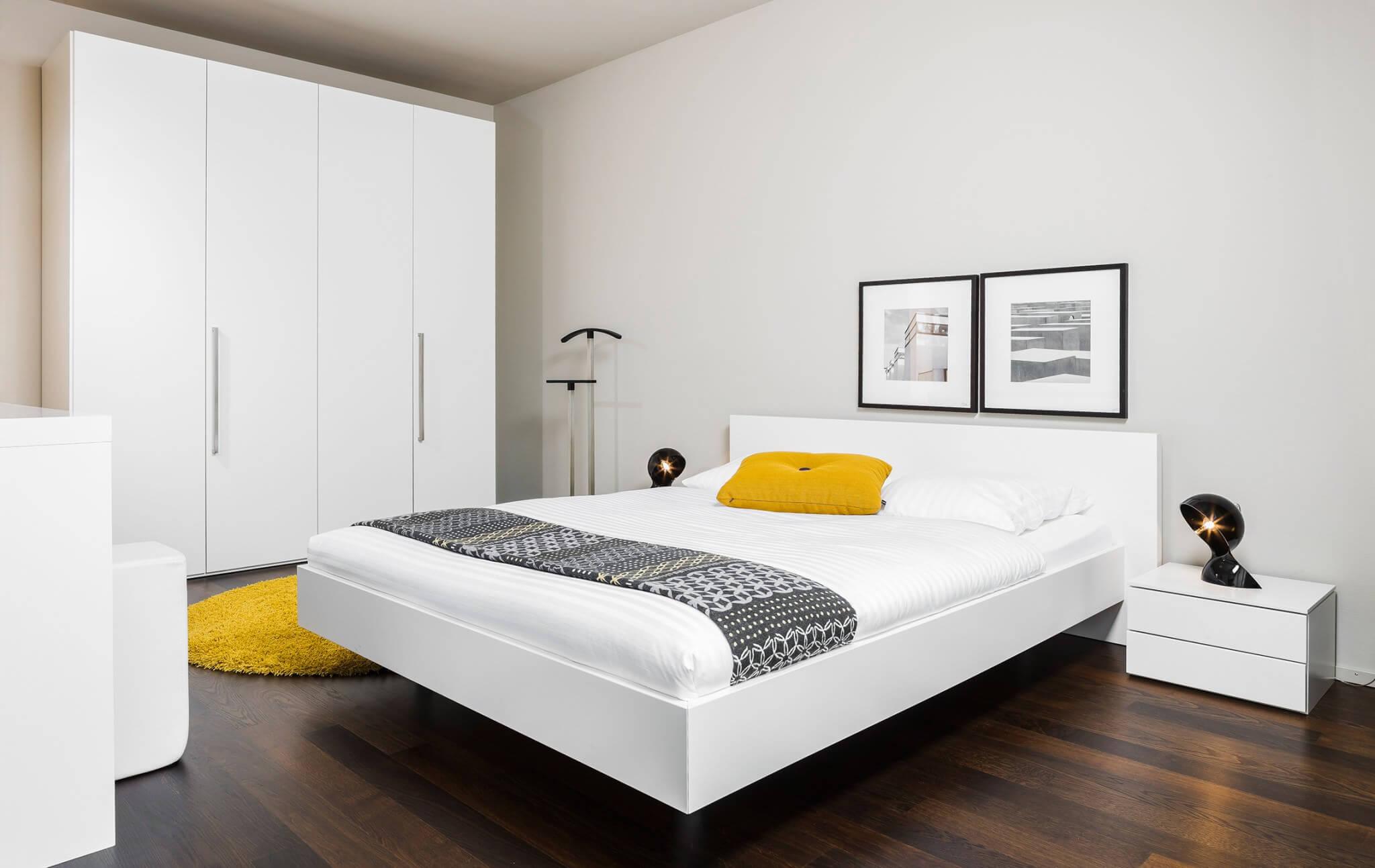 Schlafzimmer Mit Weißen Möbeln Und Senfgelben Dekoakzenten. Schwarzwald,  Waldshut, Fotoshootings, Produktfotografie,